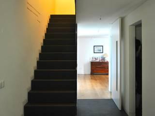 Modern Corridor, Hallway and Staircase by é ar quitectura Modern Slate