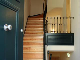 Lapa 79, Residential Building: Corredores e halls de entrada  por é ar quitectura