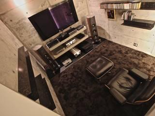 春日琢磨建築設計事務所 Salas multimedia de estilo moderno Hormigón Negro