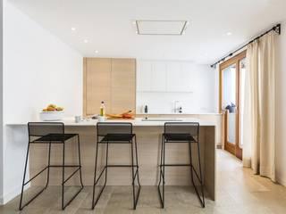 Diseño vintage para una casa de pueblo en Mallorca: Cocinas de estilo  de Bornelo Interior Design