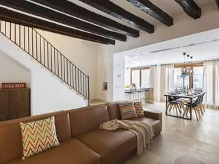 Diseño vintage para una casa de pueblo en Mallorca: Salones de estilo  de Bornelo Interior Design