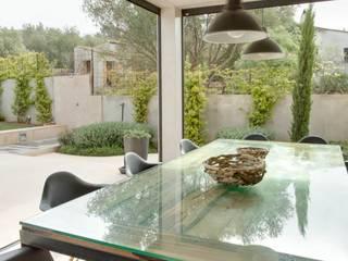 Villa en Sa Cabaneta: Jardines de estilo  de Bornelo Interior Design