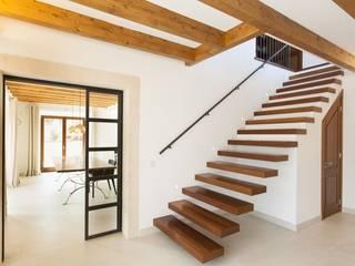 Moderner Flur, Diele & Treppenhaus von Bornelo Interior Design Modern
