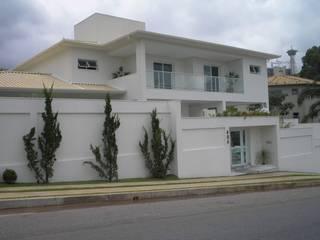 Residência Village Terrasse-Fernandes: Casas  por Monica Guerra Arquitetura e Interiores