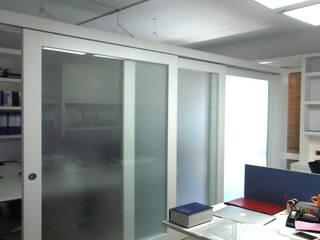 Office & Design Studio minimalista di BES- Studio Design e Architettura Interni Minimalista