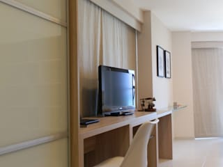 Flat Beach Class: Hotéis  por Claudé Pessoa Arquitetura e Interiores