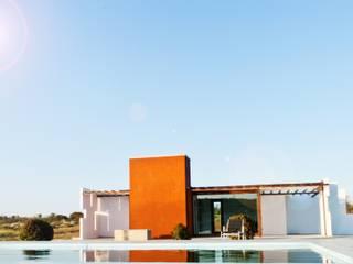 Casa Klee vista con piscina mediante lamina de agua: Piscinas de estilo  de MODULAR HOME