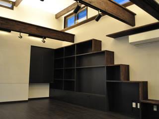 MNハウス: 一級建築士事務所 渡邊唯建築設計事務所が手掛けたリビングです。