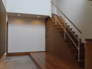 玄関ホール: 一級建築士事務所 渡邊唯建築設計事務所が手掛けた廊下 & 玄関です。