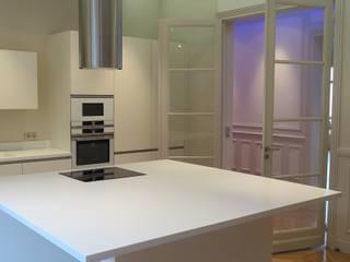 Plateau cuisine en Corian: Cuisine de style  par Philippe Ponceblanc Architecte d'intérieur