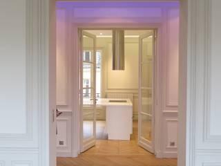 Visuel entre le salon et la cuisine : Cuisine de style  par Philippe Ponceblanc Architecte d'intérieur