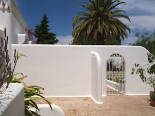 Facade Renovation / Repairing Cracks Mediterranean style house by RenoBuild Algarve Mediterranean