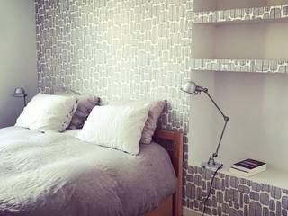 Appartement dans le quartier du Marais: Chambre de style  par Agence KP