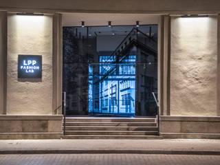 System sterowania budynkiem LPP Gdańsk: styl , w kategorii Biurowce zaprojektowany przez VBASS Inteligentny Dom i Audio,