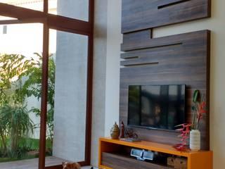 Salones tropicales de Tânia Póvoa Arquitetura e Decoração Tropical Madera Acabado en madera