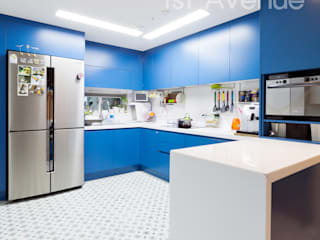 Modern kitchen by 퍼스트애비뉴 Modern