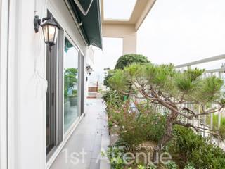 퍼스트애비뉴 Balcone, Veranda & Terrazza in stile moderno