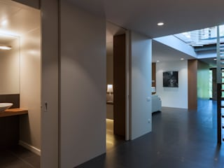 Modern Corridor, Hallway and Staircase by Teresa Casas Disseny d'Interiors Modern