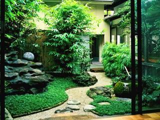 水の動きを楽しむ蹲の庭: Enatsu Garden Architect / 江夏庭苑事務所が手掛けた庭です。,