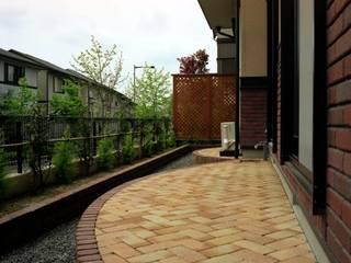 Jardines de estilo moderno por Enatsu Garden Architect / 江夏庭苑事務所