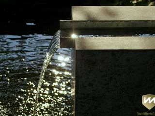 Eigentijdse tuin met zwembad en hoogteverschillen: moderne Tuin door Van Mierlo Tuinen | Exclusieve Tuinontwerpen