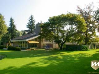 Eigentijdse tuin met zwembad en hoogteverschillen:  Tuin door Van Mierlo Tuinen | Exclusieve Tuinontwerpen, Modern