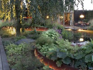 Natuurlijke zwemvijvertuin met buitenverblijf en sauna: landelijke Tuin door Van Mierlo Tuinen | Exclusieve Tuinontwerpen