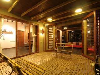 U design studio Classic style balcony, porch & terrace