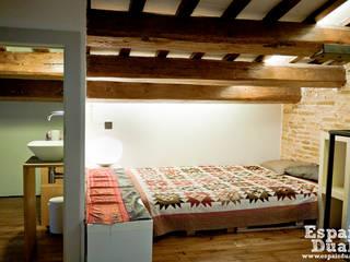 Projekty,  Sypialnia zaprojektowane przez Espais Duals, Rustykalny