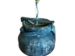 Industriële hanglamp van oude en verweerde melkbus:   door Indusigns