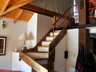 VIVIENDA UNIFAMILIAR Pasillos, vestíbulos y escaleras rústicos de AM Estudios Rústico