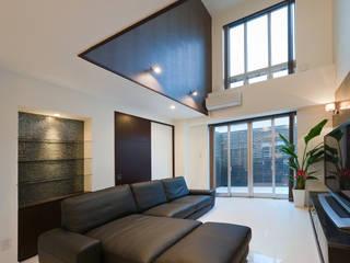 Salones de estilo moderno de i.u.建築企画 Moderno