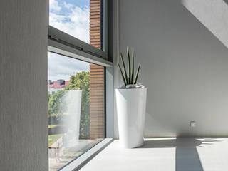stalowoszara klatka schodowa: styl , w kategorii Hotele zaprojektowany przez Pszczołowscy projektowanie wnętrz