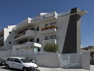 Condominio Nautica: Case in stile in stile Eclettico di Laboratorio di Progettazione Claudio Criscione Design