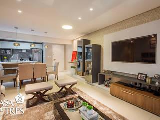Salon moderne par Casa de Três Moderne