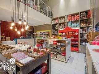 Locaux commerciaux & Magasin modernes par Casa de Três Moderne