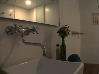 ReformaALT: Baños de estilo  por DeftoHomeStudio INC