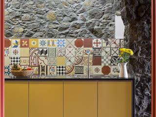 Nhà bếp phong cách mộc mạc bởi ARCO mais - arquitectura e construção Mộc mạc gốm sứ