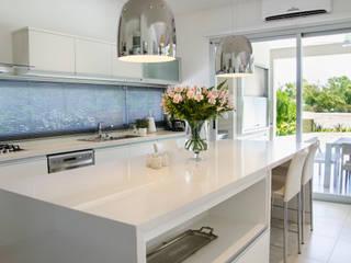 Kitchen by Parrado Arquitectura, Modern