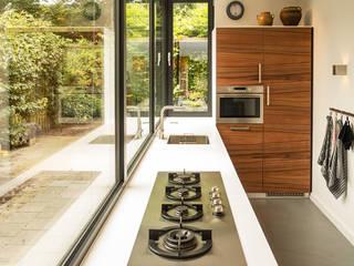 Luxe smalle aanbouw met keuken pal op het zuiden, aluminium schuifpui en lamellen zonwering:  Keuken door Joep van Os Architectenbureau, Modern