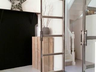Totaal interieurontwerp stadsboerderij uit eind 1800: scandinavische Woonkamer door Makien Verkroost interior design + styling