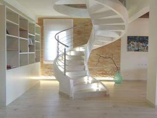 Pasillos, vestíbulos y escaleras modernos de Nadia Moretti Moderno