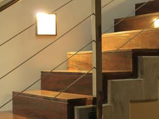 : Pasillos y recibidores de estilo  por DELFIN