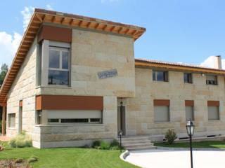 : Casas de estilo moderno por DELFIN