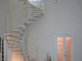 Scala elicoidale: Soggiorno in stile in stile Moderno di Marco Stigliano Architetto