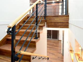 2층으로 연결 된 계단: 코원하우스의  복도 & 현관