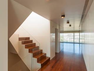 Apartamento na Foz do Douro: Corredores e halls de entrada  por ABPROJECTOS,Moderno