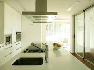 Pormenor da bancada central da cozinha: Cozinhas modernas por Central Projectos