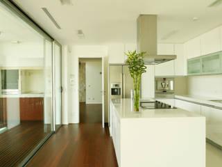Vista ampla da cozinha: Cozinhas modernas por Central Projectos