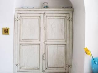 contenitori e piccoli armadi:  in stile  di Falegnameria Martinelli Sergio